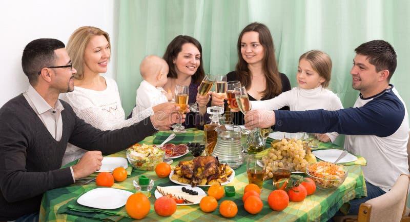 Γονείς που συγχαίρουν με τους παππούδες και γιαγιάδες, και τα παιδιά στοκ εικόνα
