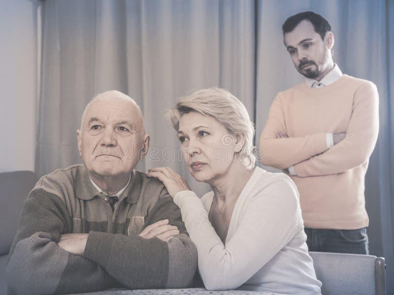 Γονείς που υποστηρίζουν με το γιο στοκ φωτογραφία