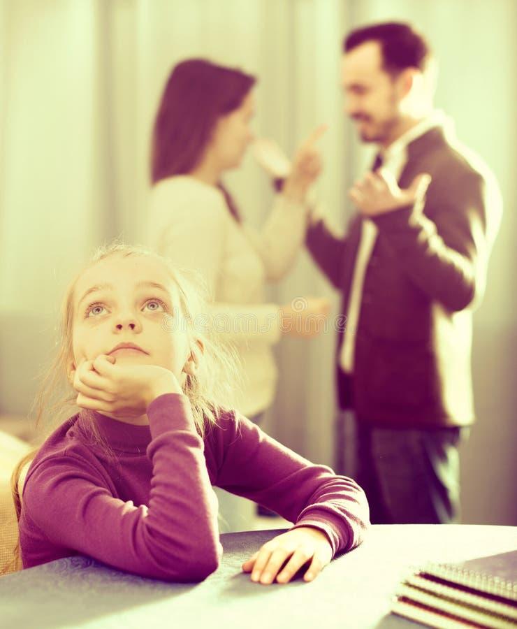 Γονείς που υποστηρίζουν στο σπίτι στοκ εικόνες με δικαίωμα ελεύθερης χρήσης