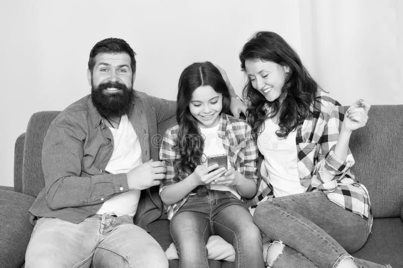 Γονικός συμβουλευτικός Η οικογένεια περνά το Σαββατοκύριακο από κοινού Smartphone χρήσης μικρών κοριτσιών παιδιών με τους γονείς  στοκ εικόνες με δικαίωμα ελεύθερης χρήσης