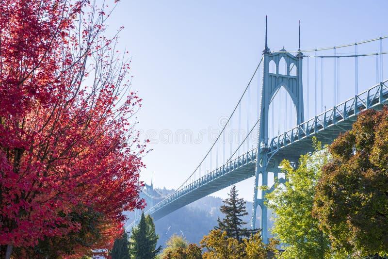 Γοτθική γέφυρα του ST Johns στηριγμάτων στο Πόρτλαντ στα χρώματα του φθινοπώρου στοκ εικόνα