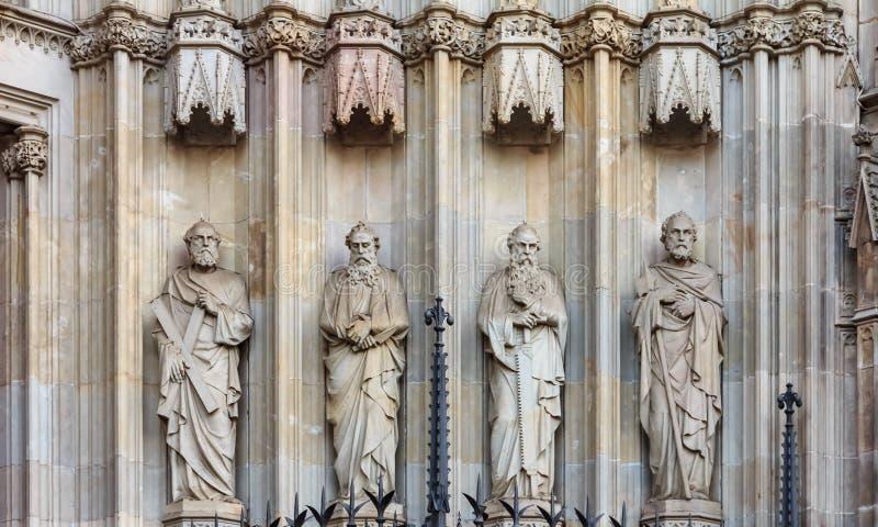 Γοτθική λεπτομέρεια της πρόσοψης του καθεδρικού ναού του ιερών σταυρού και του S στοκ εικόνες