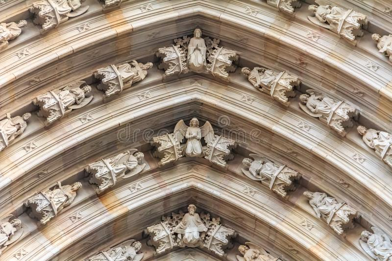 Γοτθική λεπτομέρεια των χερουβείμ στην πρόσοψη επάνω από maingate του ασβεστίου στοκ εικόνα