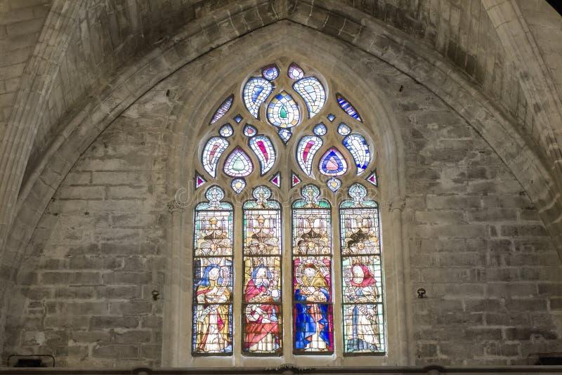 Γοτθικό ζωηρόχρωμο παράθυρο μωσαϊκών στην εκκλησία στοκ εικόνες