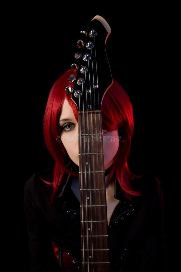 Γοτθικό κορίτσι με την κιθάρα στοκ εικόνα με δικαίωμα ελεύθερης χρήσης