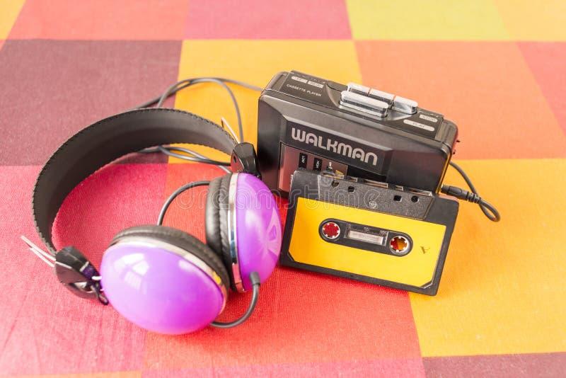 Γουόκμαν, ταινία κασετών και ακουστικά σε ένα ελεγμένο τραπεζομάντιλο στοκ εικόνα