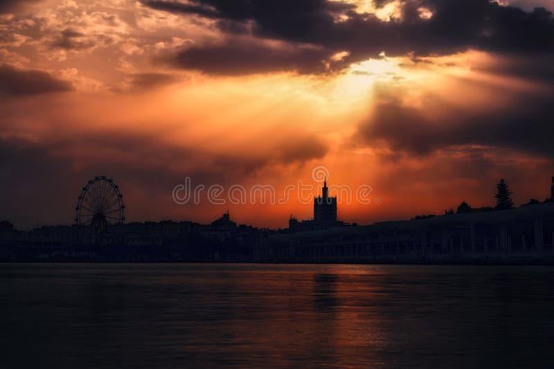 Γούρνα ακτίνων ήλιων τα σύννεφα σε ένα νεφελώδες ηλιοβασίλεμα στοκ φωτογραφία