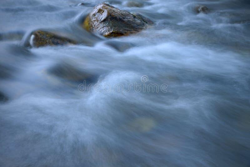Γούρνα ροής του νερού οι πέτρες στοκ φωτογραφίες