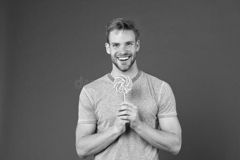 Γούστο της παιδικής ηλικίας Το άτομο με τη σκληρή τρίχα συμπαθεί lollipop Εξαπατήστε την έννοια γεύματος Ζάχαρη επιβλαβής για την στοκ εικόνες με δικαίωμα ελεύθερης χρήσης