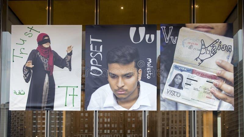 Γράμματα Τ για την εμπιστοσύνη, U για ανατρεμμένος, και Β για τα βινυλίου εμβλήματα θεωρήσεων, που έχουν μεταναστεύσει πρόγραμμα  στοκ φωτογραφία με δικαίωμα ελεύθερης χρήσης