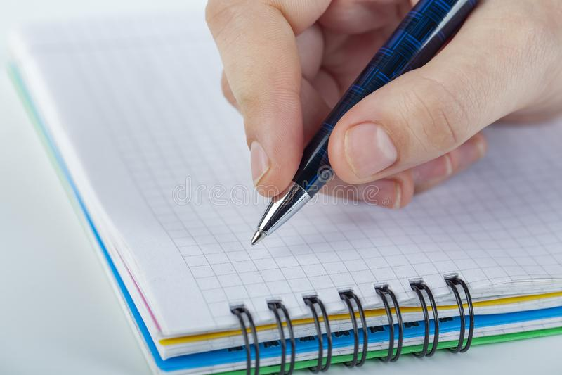 Γράφοντας την επιστολή σε κάποιο που είναι τόσο ειδικός για σας, αισθανθείτε την αγάπη, αγάπη κάποιος στοκ φωτογραφίες