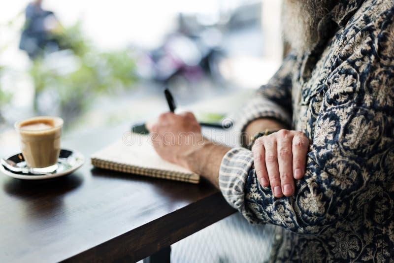 Γράφοντας το ημερολόγιο χαλαρώστε την έννοια καφέδων καφέ στοκ φωτογραφίες με δικαίωμα ελεύθερης χρήσης