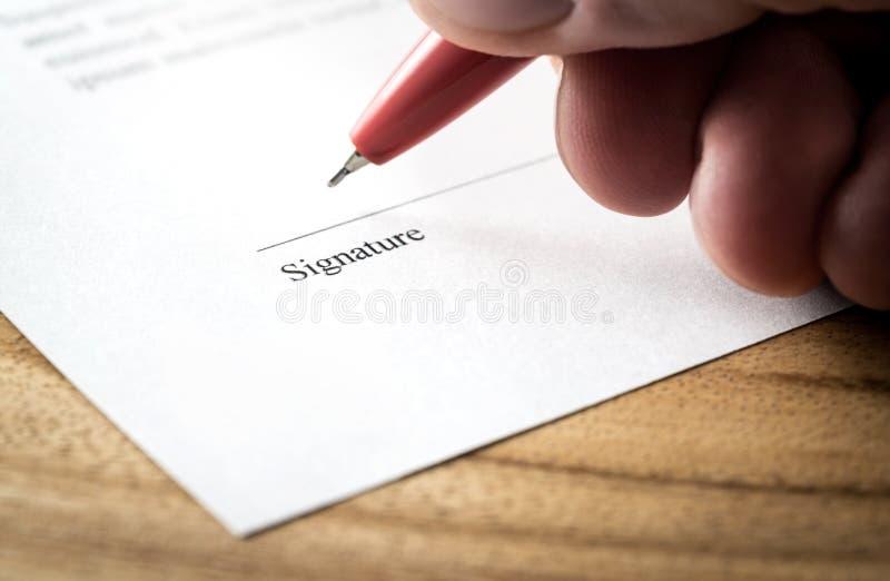 Γράφοντας υπογραφή Άτομο που υπογράφει την τακτοποίηση, τη σύμβαση ή τη συμφωνία για την απασχόληση και τη μίσθωση στοκ εικόνες