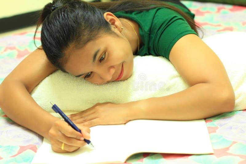 γράψιμο γυναικών επιστο&lambd στοκ φωτογραφία με δικαίωμα ελεύθερης χρήσης