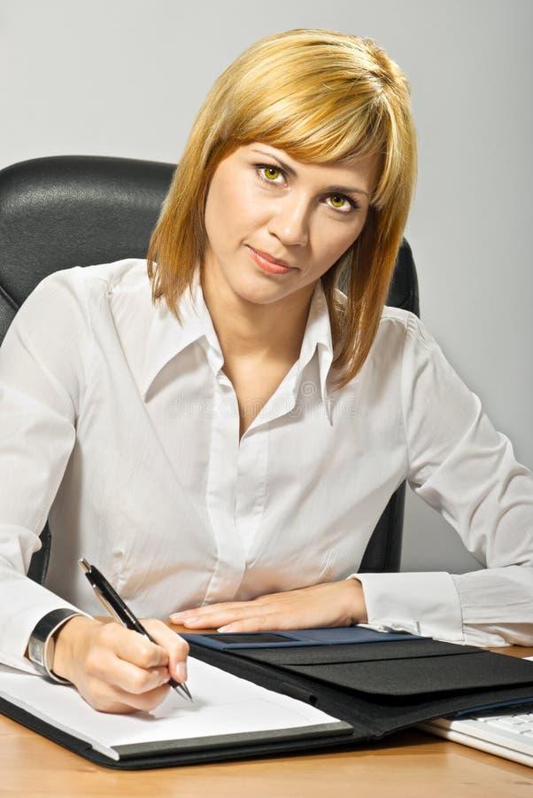 γράψιμο επιχειρησιακής κυρίας στοκ φωτογραφία