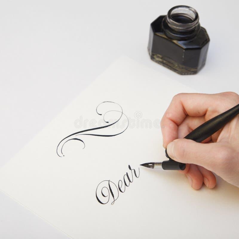 Γράψιμο με τη μάνδρα καλαμιών Εικόνα έννοιας μανδρών μελανιού και πηγών για το γράψιμο της διαδικασίας Εκλεκτής ποιότητας nib μάν στοκ εικόνα με δικαίωμα ελεύθερης χρήσης