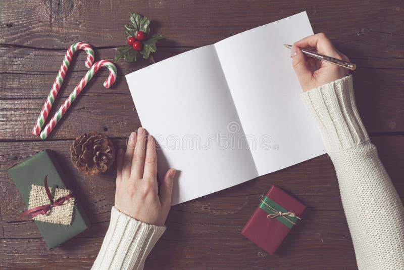 Γράψιμο μιας επιστολής στο santa στοκ εικόνα