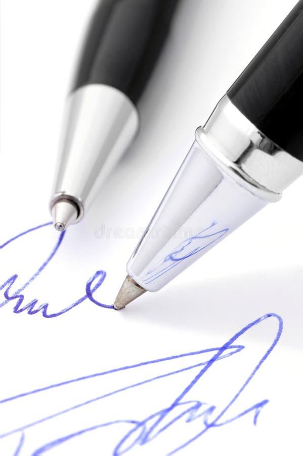 Γράψιμο μιας χειρόγραφης υπογραφής. στοκ φωτογραφία