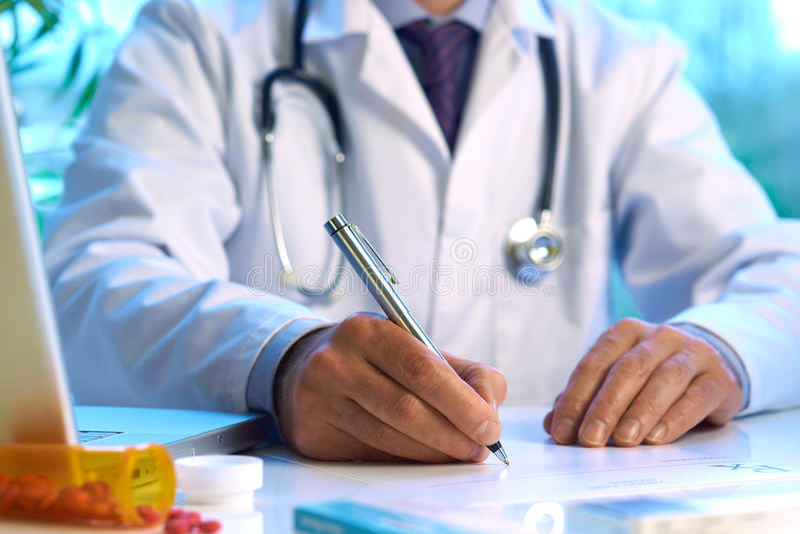 γράψιμο συνταγών γιατρών στοκ φωτογραφία με δικαίωμα ελεύθερης χρήσης