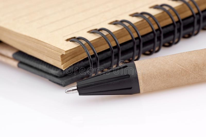 Γράψιμο της μάνδρας με το σημειωματάριο στοκ φωτογραφία