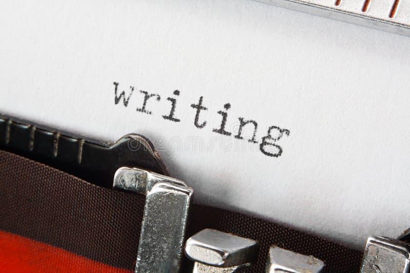 Γράψιμο του κειμένου στην αναδρομική γραφομηχανή στοκ εικόνες με δικαίωμα ελεύθερης χρήσης