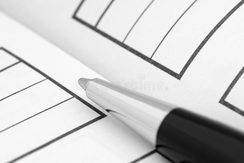 Γράψιμο του μολυβιού σε μια μορφή στοκ εικόνες