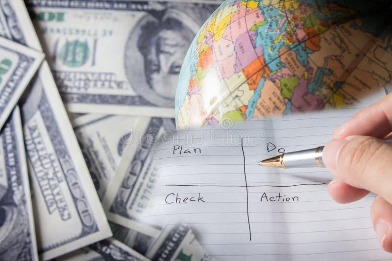 Γράψτε ένα σχέδιο στην επιχείρηση επιτυχίας. στοκ φωτογραφία με δικαίωμα ελεύθερης χρήσης