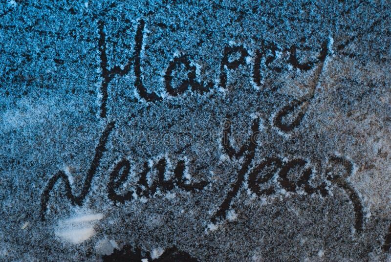 Γράψτε καλή χρονιά στο χιόνι, το χιόνι στο υπόβαθρο σιδήρου, επιγραφή, στοκ εικόνα