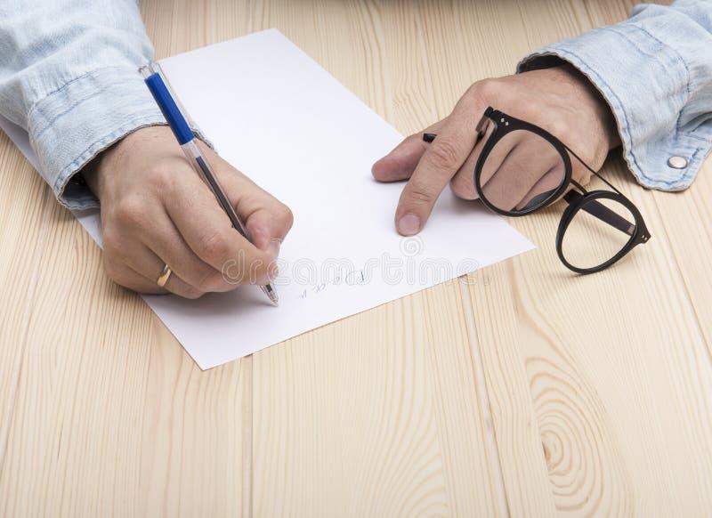 Γράψτε μια επιστολή Στα χέρια ενός ατόμου είναι μια μάνδρα ballpoint και γράφει μια επιστολή στοκ φωτογραφίες με δικαίωμα ελεύθερης χρήσης
