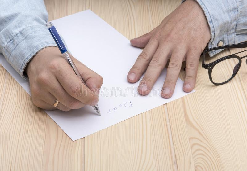 Γράψτε μια επιστολή Στα χέρια ενός ατόμου είναι μια μάνδρα ballpoint και γράφει μια επιστολή στοκ φωτογραφίες
