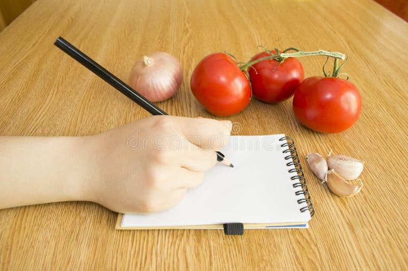 Γράψτε στο σημειωματάριο και τα φρέσκα λαχανικά στοκ εικόνες με δικαίωμα ελεύθερης χρήσης