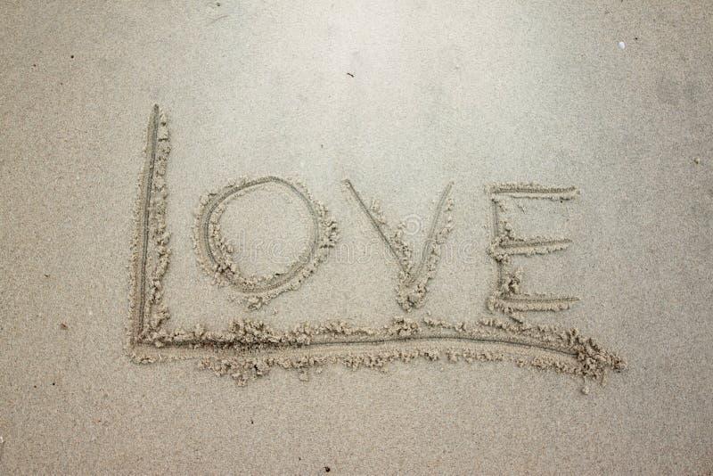 Γράψτε την αγάπη λέξης στην άμμο στοκ φωτογραφία με δικαίωμα ελεύθερης χρήσης