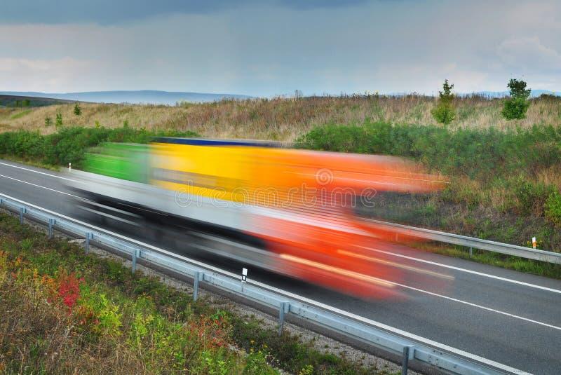 Γρήγορα επιταχυνόμενο φορτηγό στοκ εικόνα