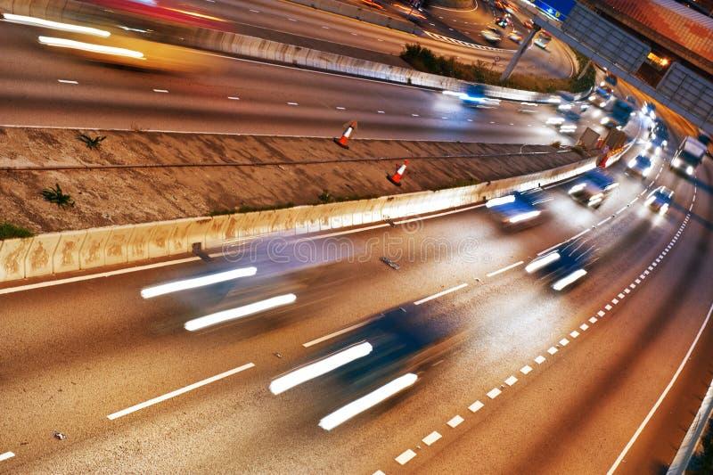 Γρήγορα κινούμενα αυτοκίνητα τη νύχτα στοκ εικόνες