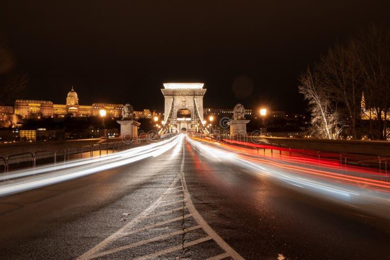 Γρήγορα κινούμενη κυκλοφορία στη γέφυρα Lanchid στη Βουδαπέστη, Ουγγαρία στοκ εικόνες