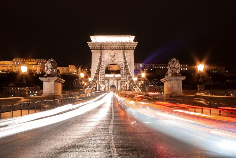 Γρήγορα κινούμενη κυκλοφορία στη γέφυρα Lanchid στη Βουδαπέστη, Ουγγαρία στοκ εικόνα