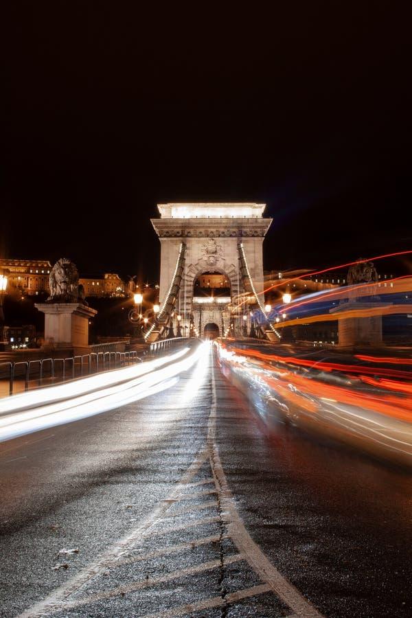 Γρήγορα κινούμενη κυκλοφορία στη γέφυρα Lanchid στη Βουδαπέστη, Ουγγαρία στοκ φωτογραφία με δικαίωμα ελεύθερης χρήσης