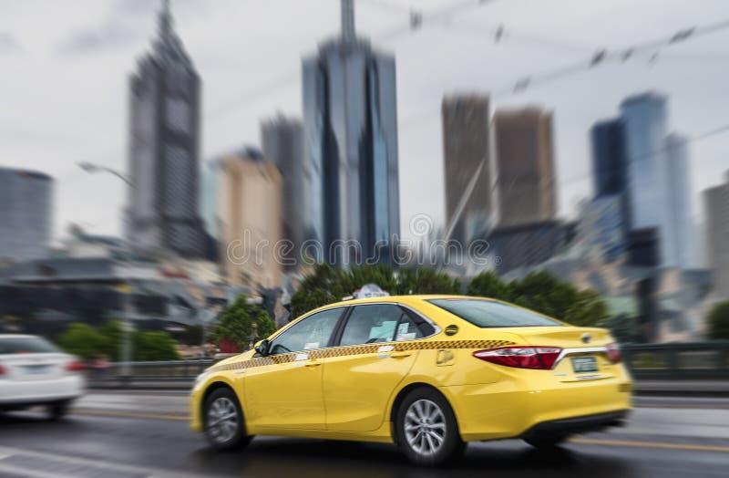 Γρήγορα κινούμενο ταξί στη στο κέντρο της πόλης Μελβούρνη, Αυστραλία στοκ φωτογραφία με δικαίωμα ελεύθερης χρήσης