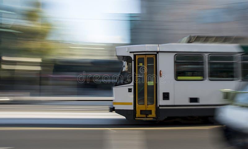 Γρήγορα κινούμενο τραμ στοκ εικόνα