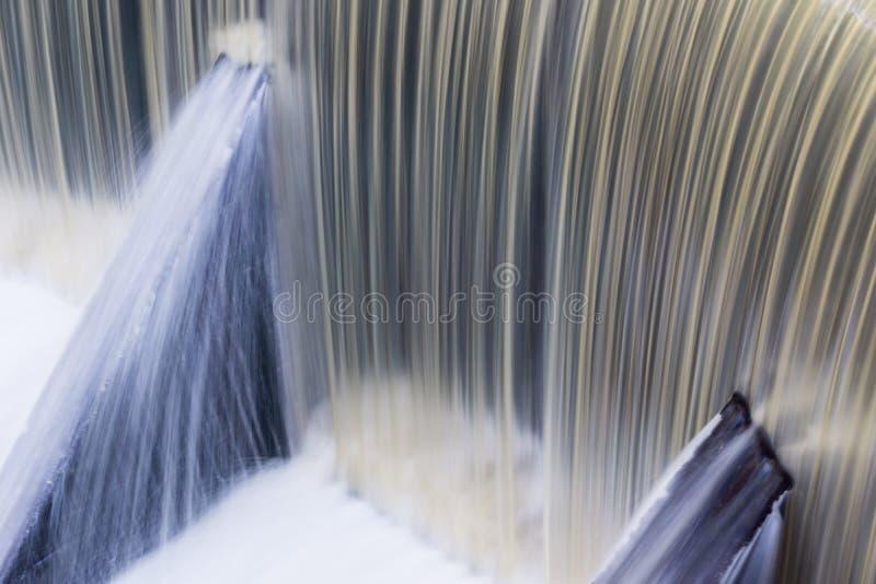 Γρήγορα ρέοντας νερό πέρα από ένα συγκεκριμένο φράγμα, Καλιφόρνια  μακροχρόνια έκθεση στοκ φωτογραφία με δικαίωμα ελεύθερης χρήσης