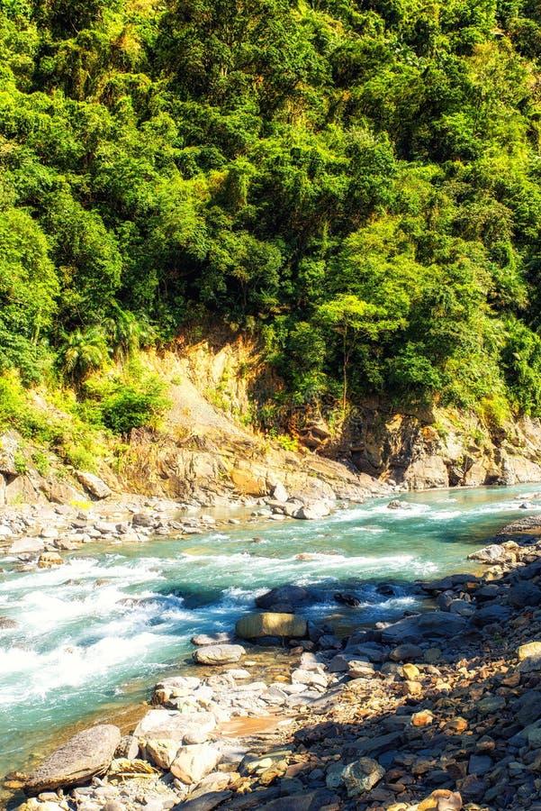 Γρήγορα ρέοντας ποταμός σε Wulai, Ταϊβάν στοκ εικόνα