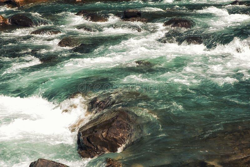 Γρήγορα ρέοντας ποταμός σε Wulai, Ταϊβάν στοκ εικόνες