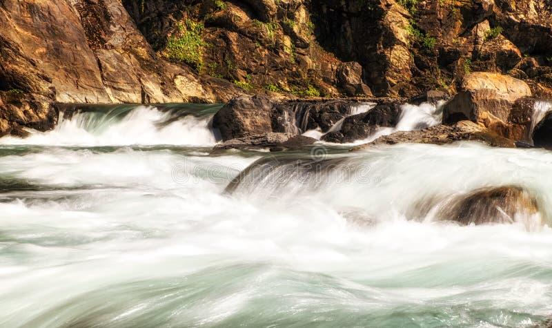 Γρήγορα ρέοντας ποταμός σε Wulai, Ταϊβάν στοκ εικόνα με δικαίωμα ελεύθερης χρήσης
