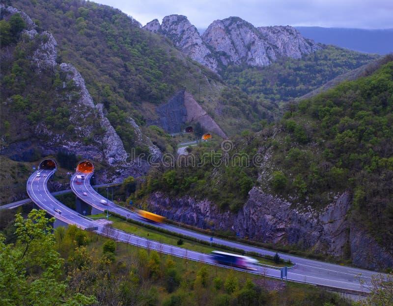 Γρήγορα στέλνοντας φορτηγό παράδοσης αυτοκίνητα κίνησης μεταξύ των βουνών στοκ φωτογραφίες με δικαίωμα ελεύθερης χρήσης
