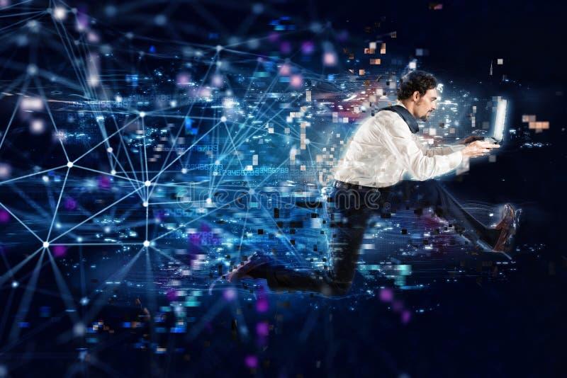 Γρήγορη έννοια σύνδεσης στο Διαδίκτυο με τον τρέχοντας επιχειρηματία στοκ φωτογραφία με δικαίωμα ελεύθερης χρήσης