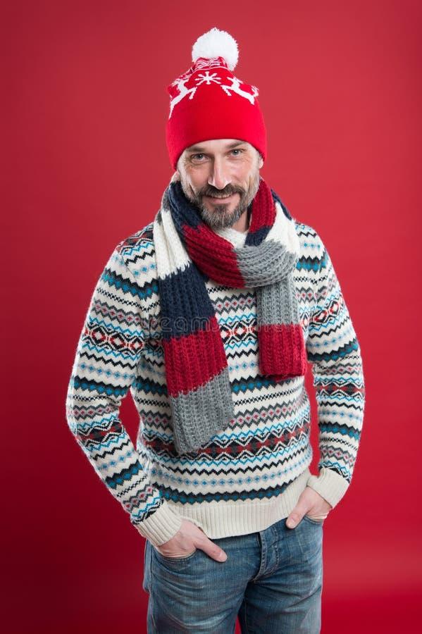 Γρήγορη θετικότητα συλλογή αρσενικής μόδας Ο ώριμος άντρας απολαμβάνει άνεση Χριστουγεννιάτικη ώρα διάθεση για νέα χρονιά στοκ εικόνες