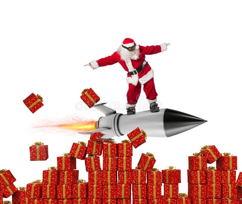 Γρήγορη παράδοση των δώρων Χριστουγέννων Άγιος Βασίλης έτοιμος να πετάξει με έναν πύραυλο που απομονώνεται στο άσπρο υπόβαθρο στοκ φωτογραφίες