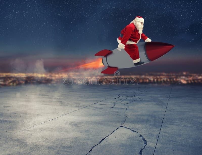 Γρήγορη παράδοση των δώρων Χριστουγέννων έτοιμων να πετάξουν με έναν πύραυλο στοκ φωτογραφίες