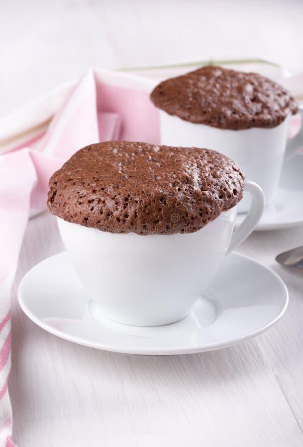 Γρήγορο κέικ σοκολάτας σε μια κούπα στοκ εικόνες