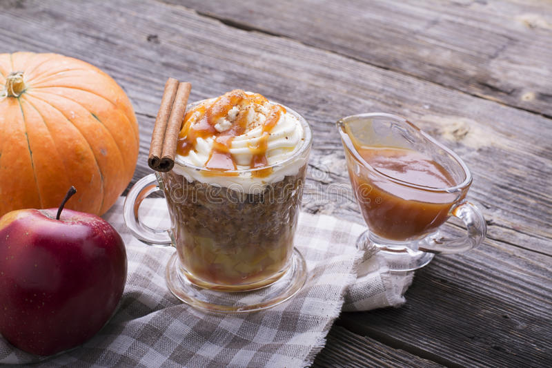 Γρήγορο πρόχειρο φαγητό προγευμάτων για λίγα λεπτά στο μικρόκυμα Παραδοσιακή πίτα μήλων στην κούπα με την κτυπημένη κρέμα γρήγορα στοκ εικόνες
